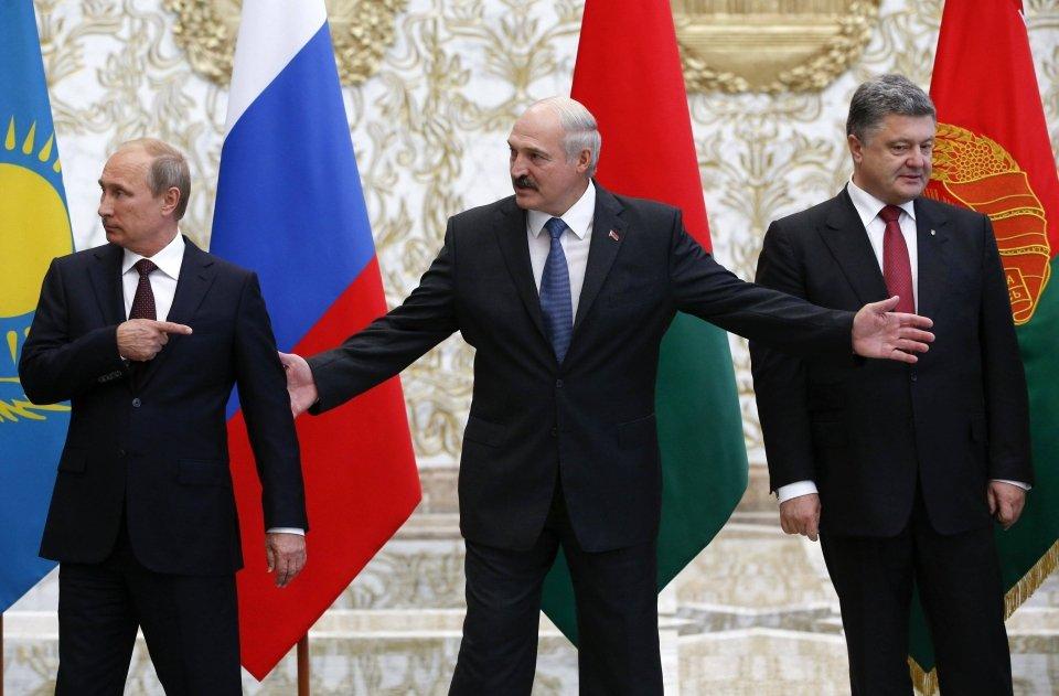 Łukaszenka starał się nie tracić rezonu nawet w kłopotliwej sytuacji ustawiania do zdjęcia, kiedy to stał miedzy Poroszenką a Putinem. Rosyjski i ukraiński prezydent wydawali się robić wszystko, by nie spojrzeć w swoim kierunku