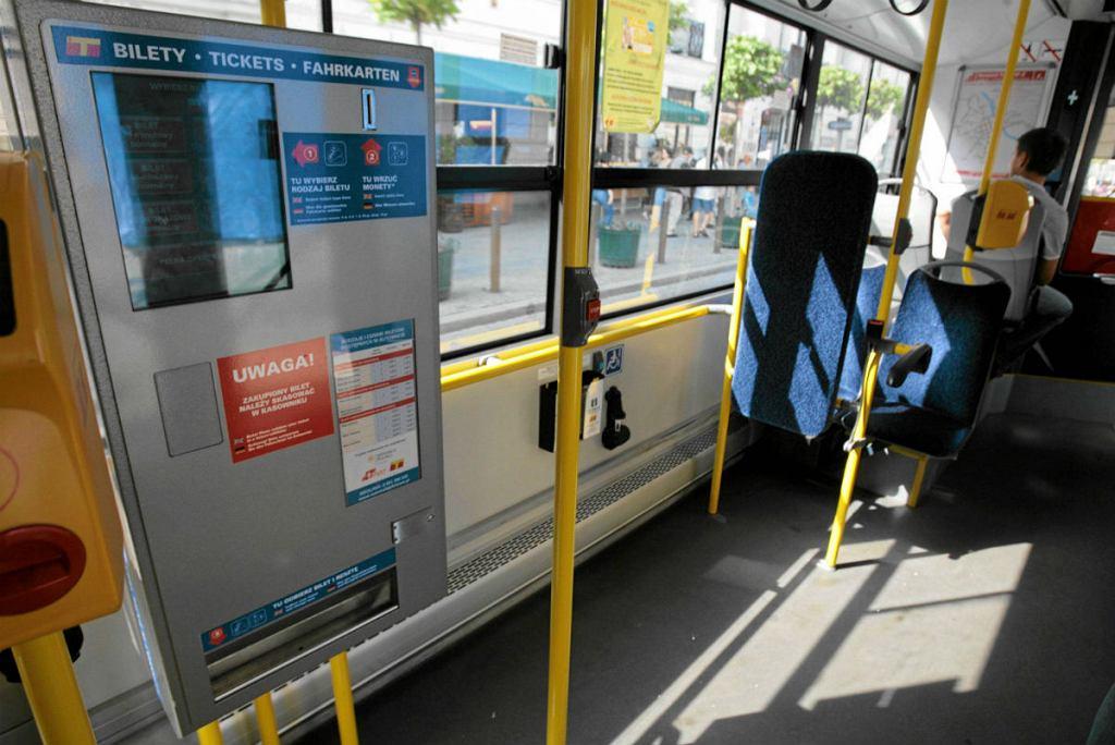 Automat sprzedaży biletów - biletomat w autobusie linii nr 175.