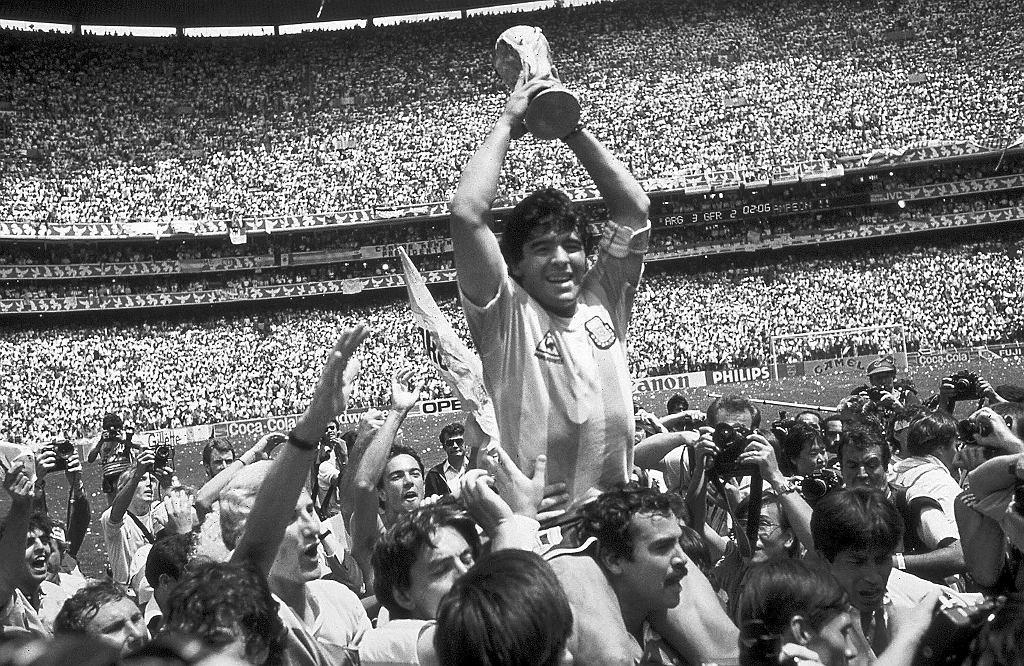 Diego Maradona z Pucharem Świata zdobytym w Meksyku w 1986 roku