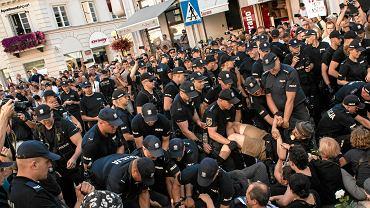 Ogólnopolski Strajk Kobiet oraz Obywatele RP blokują 'III Marsz Zwycięstwa' Młodzieży Wszechpolskiej. Warszawa, ul Nowy Świat, 15 sierpnia 2017