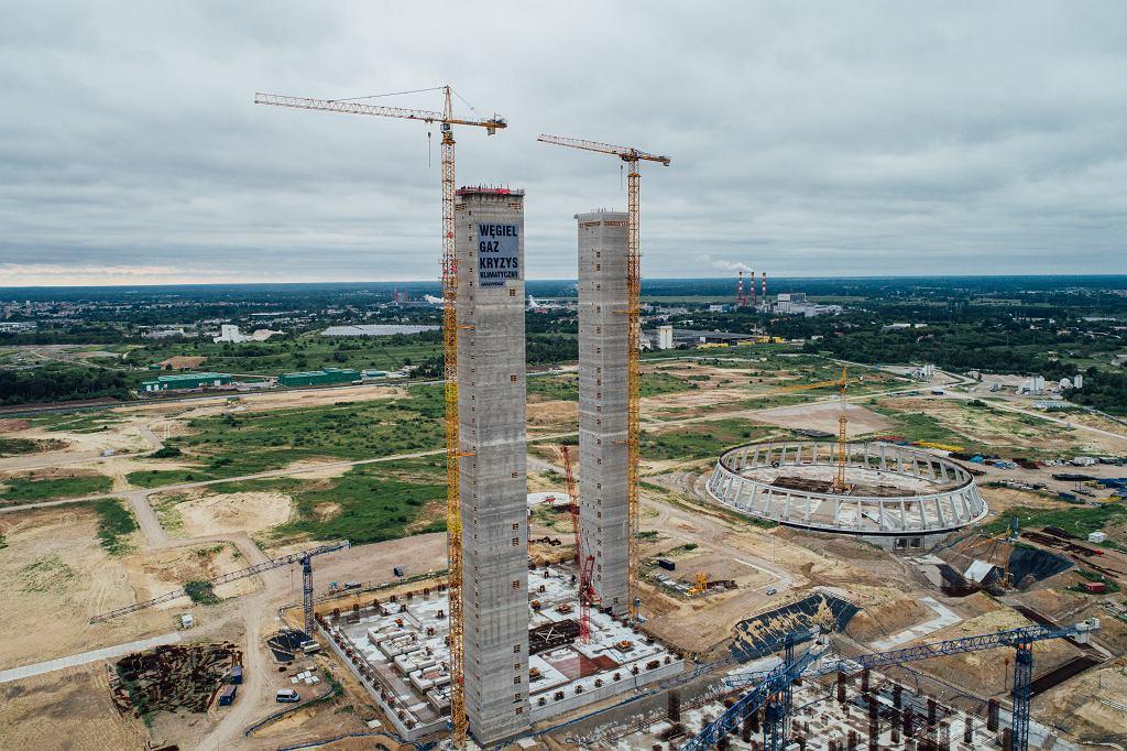 Dwa pylony porzuconej inwestycji budowy elektrowni węglowej Ostrołęka C.