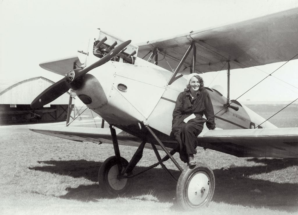 Pilotka Janina Loteczkowa na skrzydle samolotu De Havilland DH 60 Gipsy Moth (fot. Narodowe Archiwum Cyfrowe)