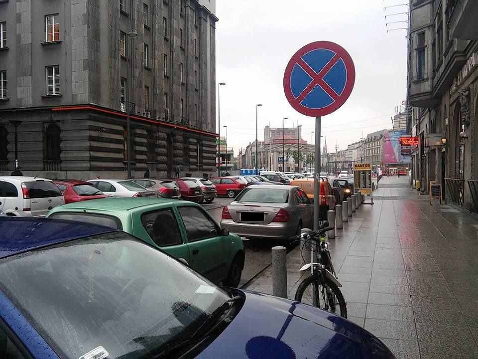 Parkowanie w Katowicach. Kierowcy ignorują nawet zakazy.