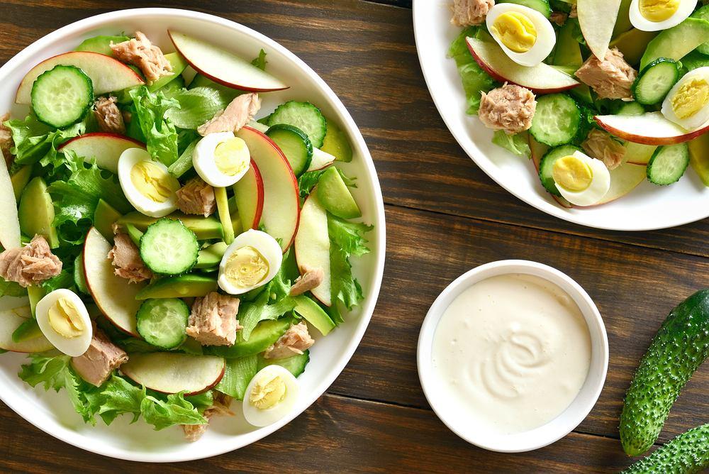 Sałatka z tuńczyka i jajek jest świetną propozycja na lunch lub przekąskę w ciągu dnia.