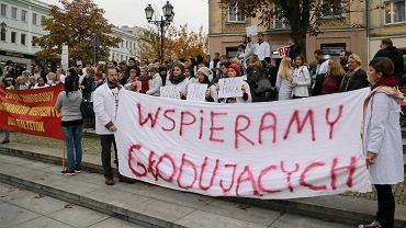 Białystok, studenci UMB i młodzi lekarze zorganizowali kolejną pikietę w akcie solidarności z głodującymi w Warszawie lekarzami rezydentami