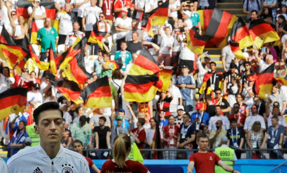 Mesut Ozil, pochodzący z Turcji reprezentant Niemiec w piłce nożnej, słucha wykonania niemieckiego hymnu podczas mundialu w Rosji
