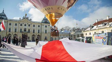 Białystok. Balon solidarności z Białorusią z 30-metrową biało-czerwono-białą flagą wzbił się w niebo