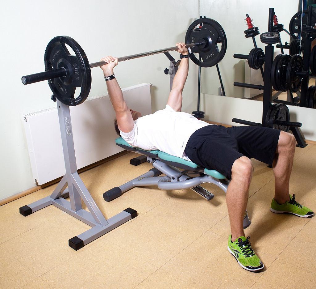 Przy tym ćwiczeniu pracują głownie mięśnie klatki piersiowej oraz trójgłowe ramion