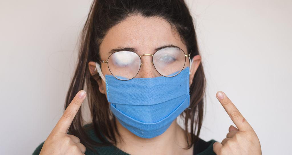 Co zrobić, żeby okulary nie parowały podczas noszenia maseczki? Ten trik robi furorę w sieci (zdjęcie ilustracyjne)