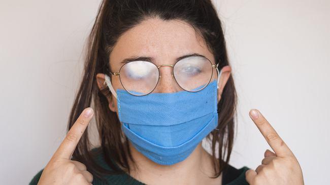 Co zrobić, żeby okulary nie parowały podczas noszenia maseczki? Ten trik robi furorę w sieci
