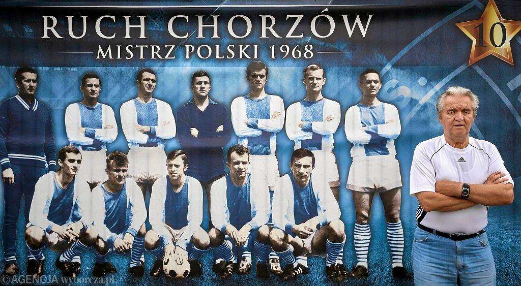 Józef Janduda. Za nim plakat mistrzów Polski z 1968 roku z nim w składzie
