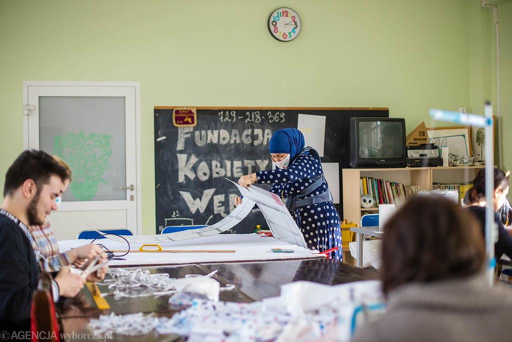 Uchodźczynie z Czeczenii, ich rodziny i znajomi szyją maseczki ochronne przed koronawirusem w Zespole Szkół Ogólnokształcących nr 8 w Gdańsku