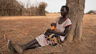 Abuk Garang z 7-miesięcznym synem William w Malualkuel w regionie Bahr el Ghazal Północny w Sudanie Południowym