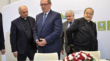 Od lewej: o. Jan Król, Jan Szyszko, o. Tadeusz Rydzyk podczas podpisania umowy o dofinansowanie projektów geotermalnych w ramach Programu Operacyjnego Infrastruktura i Środowisko, 7 listopada 2017.