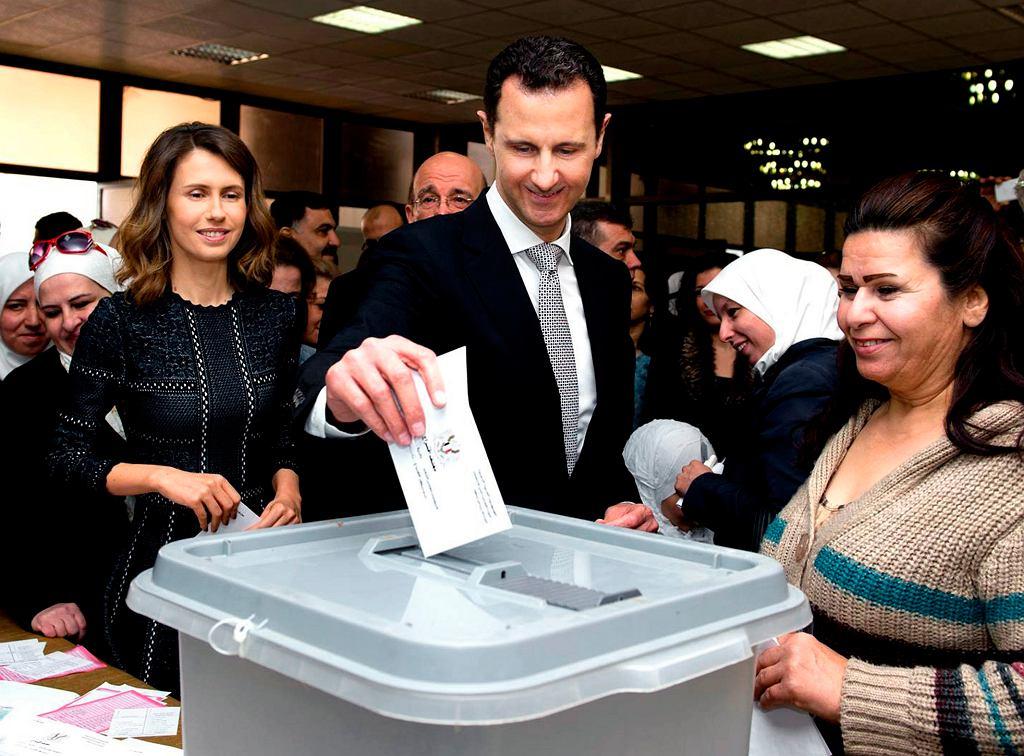 Syria. Prezydent Baszar al-Assad w 2016 r., głosujący w wyborach parlamentarnych. Z lewej strony jego żona Asma.