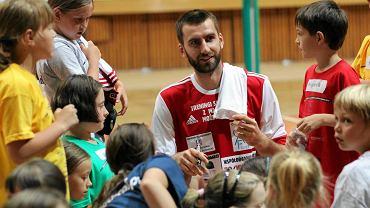Marcin Możdżonek podczas zajęć z młodzieżą w hali Urania