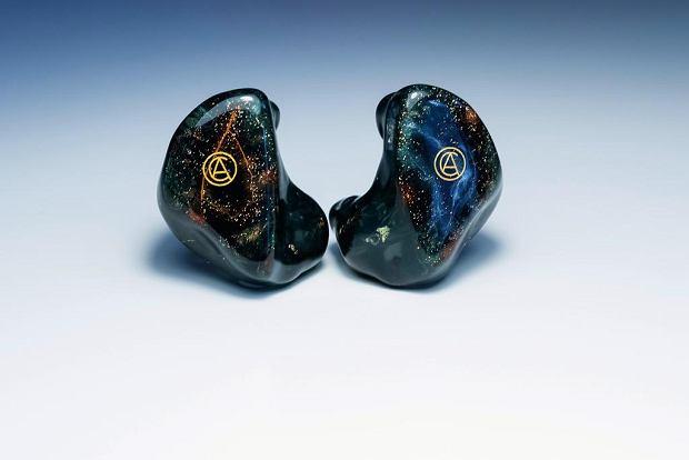 Akrylowe słuchawki Custom Art FIBAE2 z grawerunkiem logotypu  firmy. Personalizowany design inspirowany magiczną atmosferą lasu. -