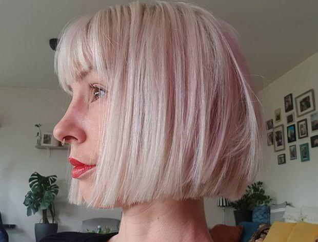 Blond bob z grzywką to najmodniejsza fryzura na wiosnę. Wygląda obłędnie i odmładza!
