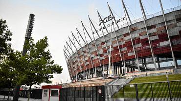 Sierpień 2016. Montaż neonu PGE Narodowy na Stadionie Narodowym w Warszawie