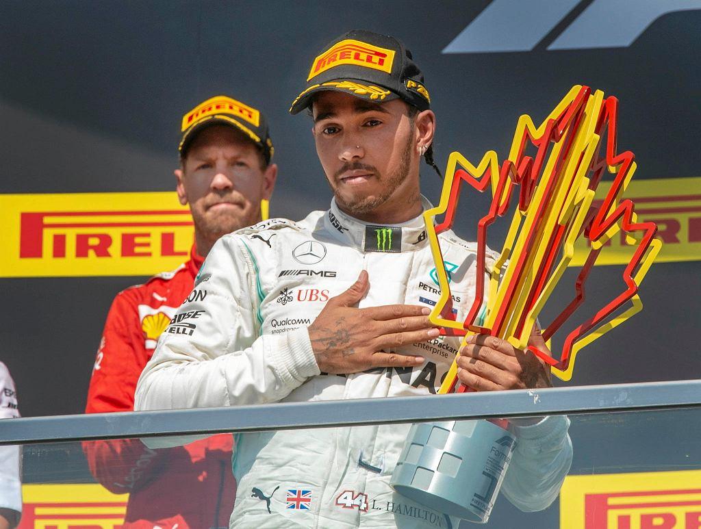 Lewis Hamilton, z tyłu Sebastian Vettel