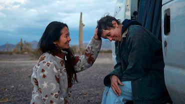 Chloe Zhao (po lewej) i Frances McDormand (po prawej) na planie filmu 'Nomadland'