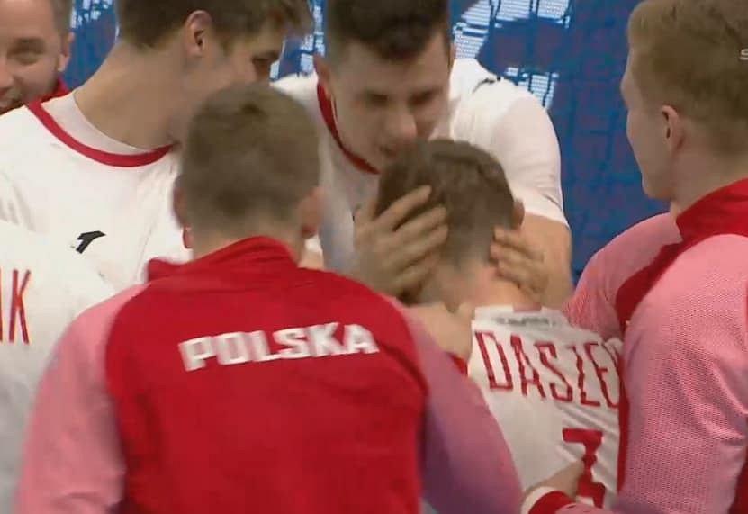 Michał Daszek ściskany przez kolegów z drużyny