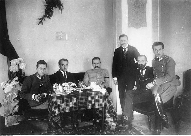 Śniadanie u Józefa Piłsudskiego w hotelu w Warszawie w grudniu 1916 r. Siedzą od lewej: Julian Stachiewicz, Tadeusz Kasprzycki, Józef Piłsudski, Michał Sokolnicki (stoi), Walery Sławek, Bolesław Wieniawa-Długoszowski