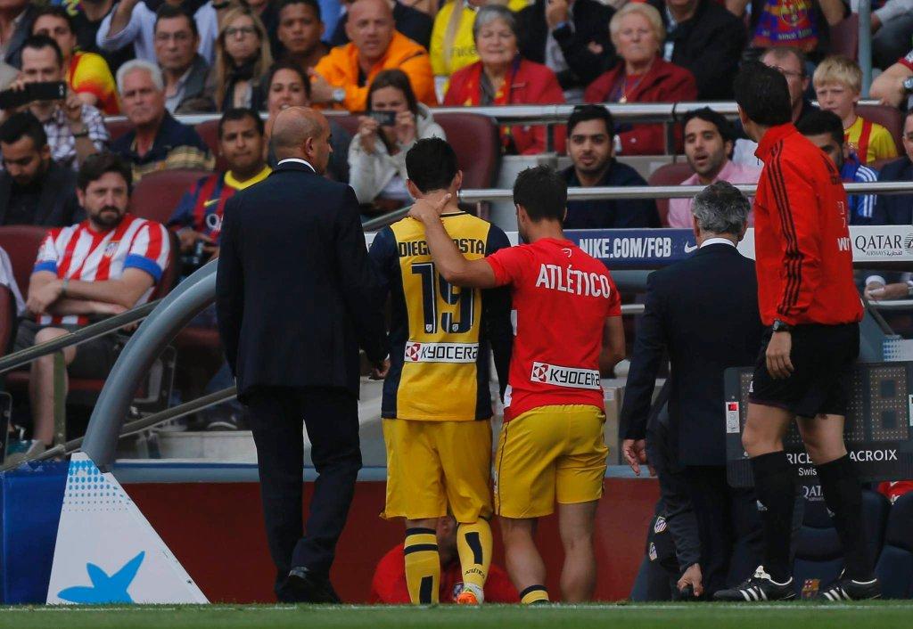 Diego Costa zmierza do szatni. Uraz był na tyle poważny, że snajper Atletico nie mógł kontynuować spotkania.