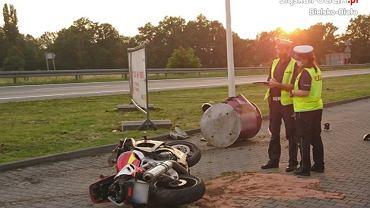 Motocyklista uciekający przed policją uległ poważnemu wypadkowi