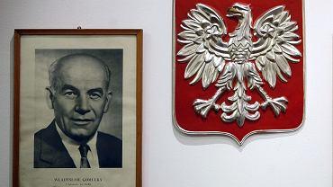 Portret Władysława Gomułki obok godła PRL