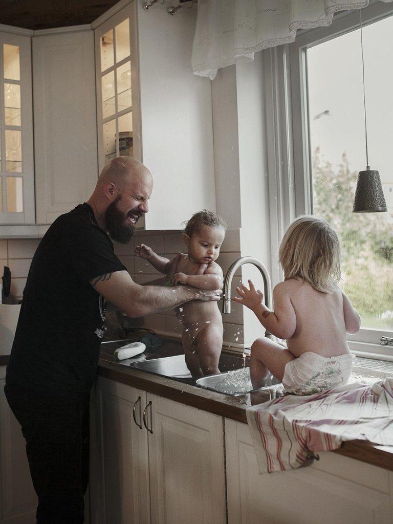 Andreas zajmuje się półrocznym synem