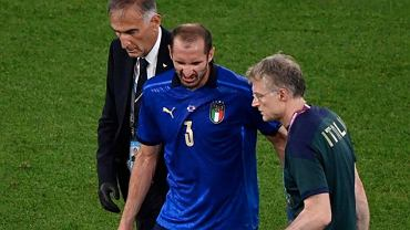 Italy's Giorgio Chiellini leaves the rich after injured during the Euro 2020 soccer championship group A match between Italy and Switzerland. Źródło: AP