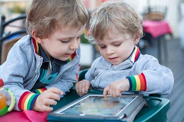 Chłopcy bawią się tabletem