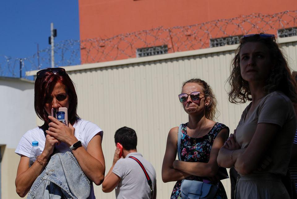 Po fali powyborczych protestów i demonstracji na Białorusi reżim 'wyłączył' internet. Nie działają taksówki, sociale, teamsy, nawet hulajnogi nie da się wypożyczyć... Na zdjęciu: bliscy zatrzymanych (blisko 2000 zgarnięto z ulic) po budynkiem aresztu, Mińsk, 11 sierpnia 2020