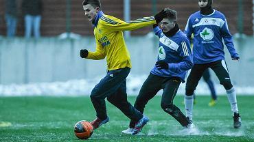 Piłkarze Arki (zółte koszulki) tym razem zagrają z Bytovią
