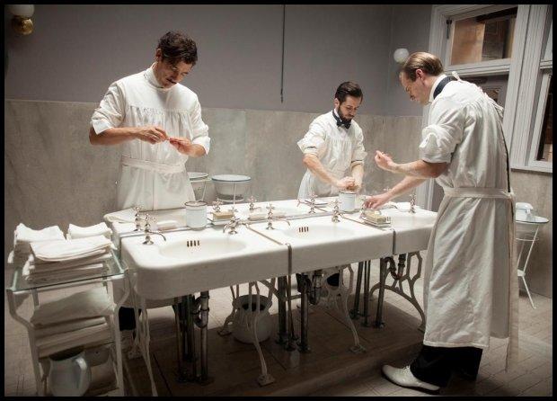 Mycie rąk przed operacją - względna nowość (Fot. Materiały Prasowe)