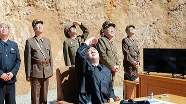 Kadr z materiału północnokoreańskiej telewizji KRT: Kim Dżong un obserwuje start rakiety międzykontynentalnej