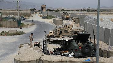 Afgański żołnierz na prowizorycznym posterunku wśród sprzętu porzuconego przez Amerykanów w Bagram