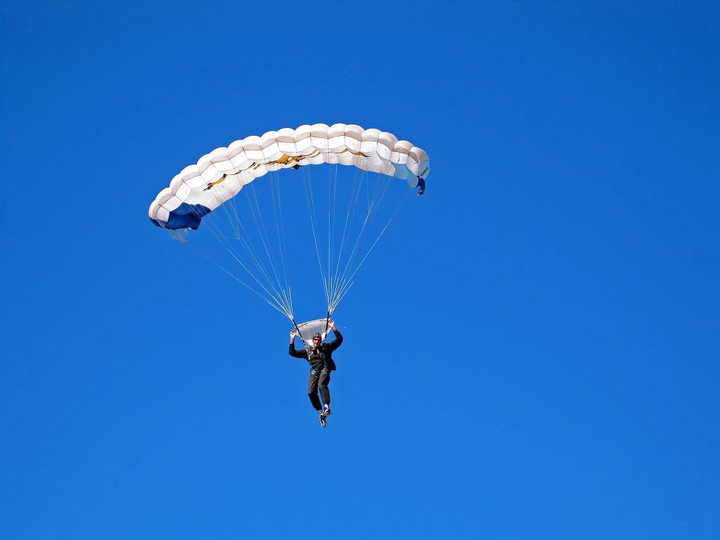 Skok ze spadochronem (zdjęcie ilustracyjne)