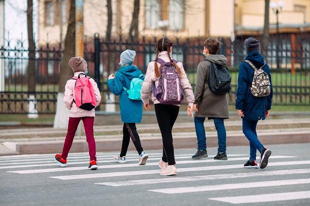 """""""Rodzice nie wypychajcie na siłę swoich dzieci do szkoły"""". Prof. Simon ostrzega"""