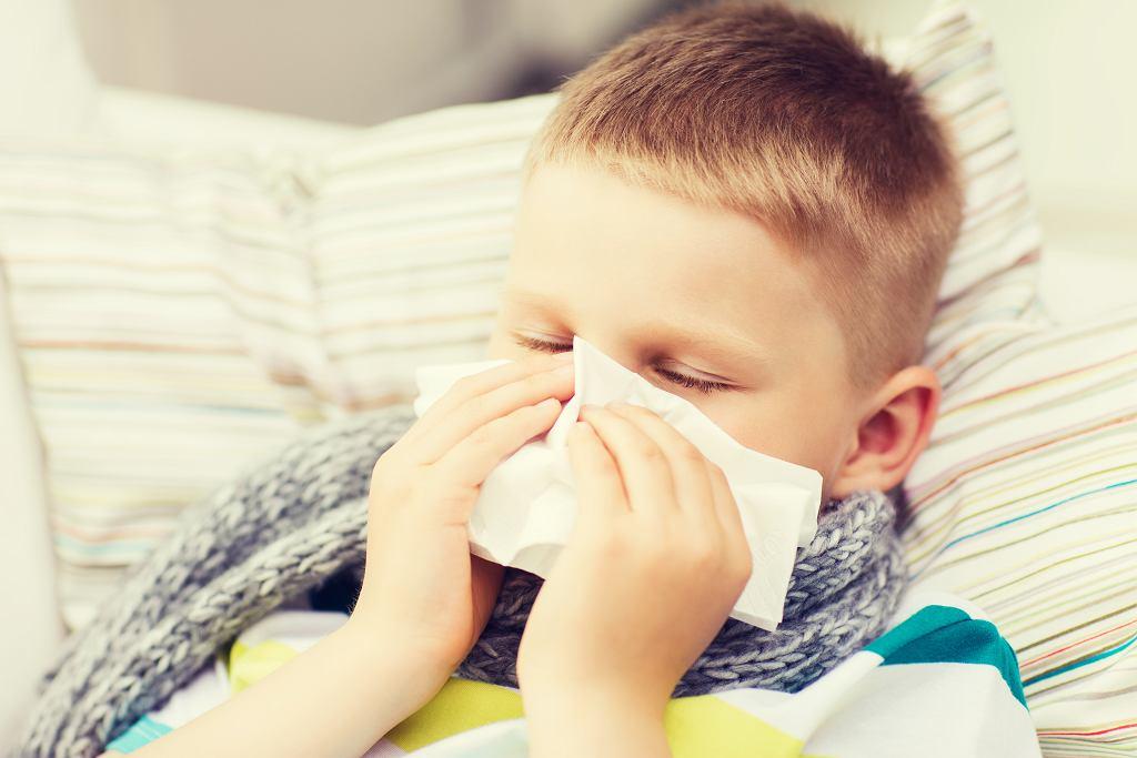 Przeziębienie u dziecka wywołują wirusy, które zwykle rozprzestrzeniają się drogą kropelkową