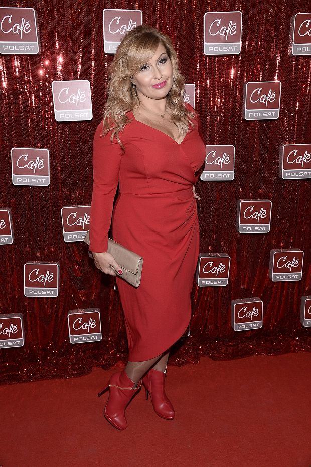 Zdjęcie numer 4 w galerii - Skrzynecka jak seksbomba. Czerwona sukienka z ogromnym dekoltem podkreśliła jej kształty. Zrezygnowała też ze sztucznych rzęs