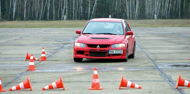 Samochody: Orliński na kursie bezpiecznej jazdy, samochody, Lekcja 5, najważniejsza: Skręcanie w hamowaniu