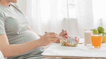 Co jeść w ciąży? Ekspertka tłumaczy, co powinna, a czego nie powinna jeść ciężarna oraz kobieta podczas karmienia piersią