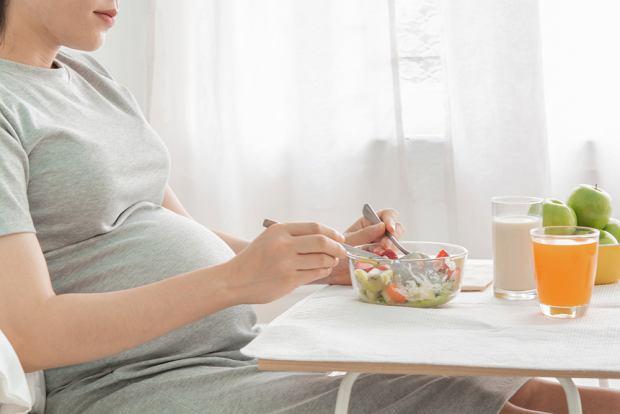 Dziewięć mitów o żywieniu w ciąży i podczas karmienia piersią. Co można, a czego nie można jeść?