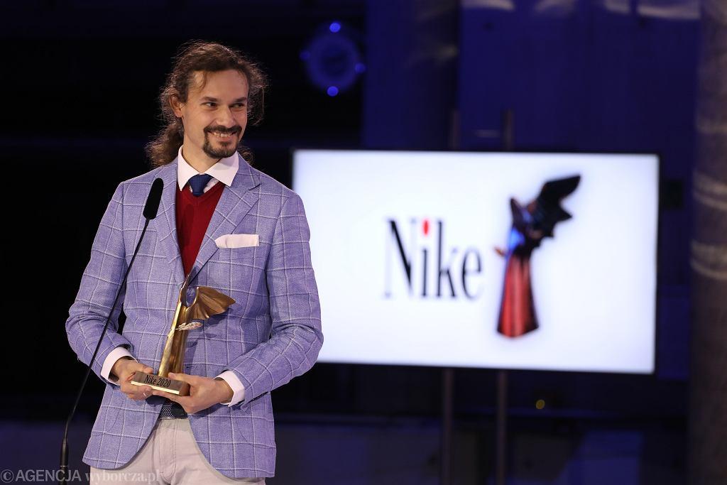 Nagroda literacka Nike 2020 - Radek Rak ze statuetką