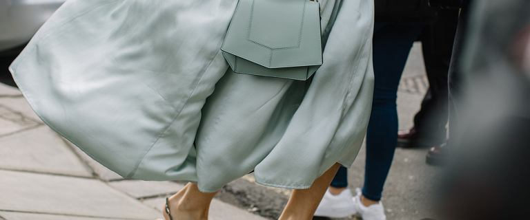 Sukienka z wiskozy to modna propozycja na jesień. Mamy modele z wyprzedaży, które dodadzą klasy i wdzięku twoim stylizacjom