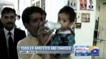 Podejrzany o próbę zabójstwa 9-miesięczny Muhammad Mosa Khan w drodze na przesłuchanie