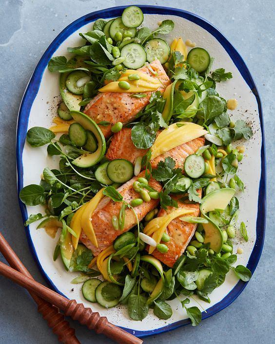 Sałatka z tuńczykiem jest prosta w przygotowaniu i dostarcza masę witamin i mikroelementów.