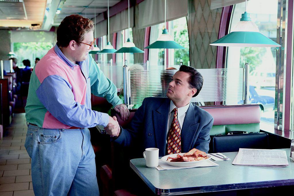 W 'Wilku z Wall Street' wyglądało to tak: - Ile zarabiasz? Tak serio. - Tak jak mówiłem, 70 tys. 72, żeby być dokładnym. - W miesiąc? - Tak. - Zrobimy tak. Pokaż mi papierek z tą kwotą, a rzucę robotę i będę zasuwać dla ciebie.